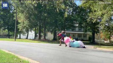 Photo of فيديو.. شاهد مفاجأة الأب عند وصول حافلة أولاده المدرسية
