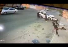 "Photo of فيديو : مفحط يفقد السيطرة على سيارته ويدهس شاباً ويسحقه على ""جدار منزل"" بطريقة مروعة"