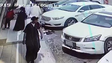 Photo of فيديو : لص يسرق سيارة في وضع التشغيل ويفاجئ طفل داخلها ويقودها ويلوذ بالفرار!