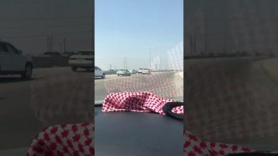Photo of سائق يهدد أخر بسلاح رشاش في أحد الشوارع ضارباً بالانظمة عرض الحائط