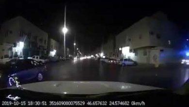 Photo of سائق هارب من دورية أمنية بسرعة جنونية كاد يتسبب بكارثة وسط تقاطع بالرياض