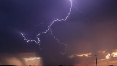 Photo of مصور فوتوغرافي يلتقط صورة مدهشة للحظة غير متوقعة ضربت فيها صاعقة بركانا ثائرا