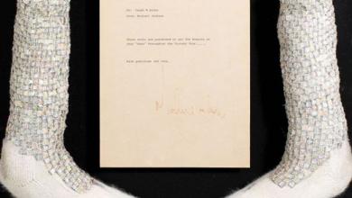 Photo of الجوارب التي اهداها ملك البوب إلى مدير أعماله فرانك ديليو تقديرا لجهوده عام 1984 بالمزاد العلني