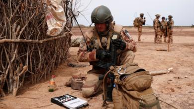 Photo of الرئيس الفرنسي إيمانويل ماكرون يعلن ببالغ الحزن مقتل 13 جنديا فرنسيا في مالي مساء يوم 25 نوفمبر