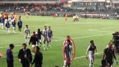 """Photo of """"الفيفا"""" يوقف لاعبا بحرينيا بسبب حركة """"عنصرية"""" بعينيه (فيديو)"""
