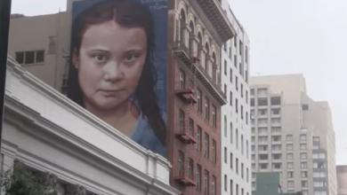 Photo of لوحة غرافيتي ضخمة لناشطة المناخ السويدية غريتا تونبرغ على أحد المباني في مدينة سان فرانسيسكو بولاية كاليفورنيا الأمريكية