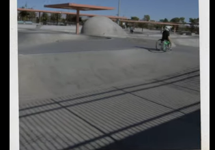 Photo of آرون فوثيرنغام مجازف ورياضي من ذوي الاحتياجات الخاصة ينفذ حركات بهلوانية بكرسيه المتحرك