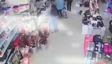 Photo of محاولة امرأء سرقة طفل في وضح النهار داخل متجر في بلدة روكويتاس دي مار بمقاطعة ألميريا