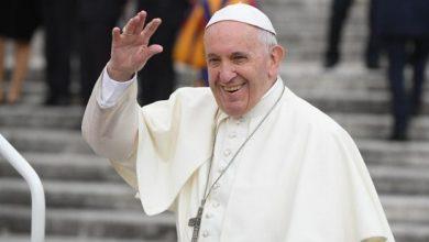 Photo of بالفيديو بابا الفاتيكان فرنسيس : غاضبا بسبب تصرف امرأة صافحته بشدة غير معتادة وسط حشد بساحة القديس بطرس