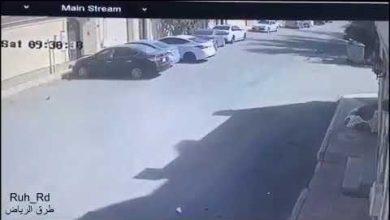 Photo of سائق متهور  يصدم عدد من السيارات المتوقفة  أثناء مطاردة مثيرة !
