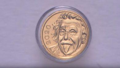 Photo of سويسرا تسك أصغر عملة ذهبية في العالم تظهر عليها صورة أينشتاين ولسانه يتدلى خارج فمه
