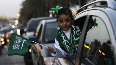 "Photo of فيديو متداول بموقع التواصل الاجتماعي ""تويتر"" يظهر فيه شابان، ينظمان حركة السير في شارع بالعاصمة السعودية"