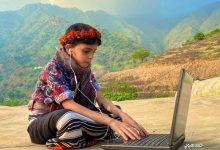 """Photo of طالب بالزي """"الجازاني"""" ينتظر درسه عن بُعد في الهواء الطلق"""