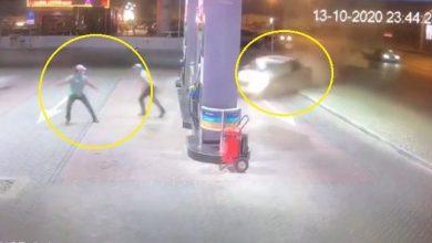 Photo of سيارة تقتحم محطة وقود بسرعة جنونية وتصطدم بها .. شاهد ردة فعل العمال