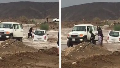 Photo of فيديو مجازفة مواطنين وإنقاذ عائلة من سيل جرف مركبتهم في خليص