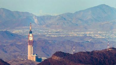"Photo of مصور هاوي يلتقط صورة لـ""ساعة مكة"" من أعلى جبال الهدا .. وفجأة ظهر في الخلفية مالم يتوقعه"