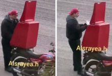 "Photo of شاهد: ماذا فعل عامل دليفري في الكويت بـ ""وجبة الطعام"" قبل تسليمها !"