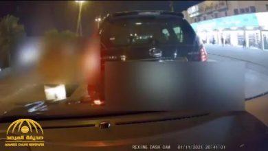 "Photo of شاهد.. سائق""جيب ليكزس"" يطارد مركبة فتاة ويجبرها على التوقف ويتعمد اصطدامها ويحاول التهجم عليها"