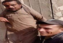 Photo of شاهد : شابان يعلقان رجل على حائط ويعتديان عليه بالضرب
