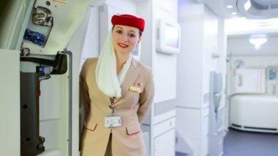 Photo of سبب وضع مضيفات الطيران أيديهن وراء ظهورهن أثناء استقبال المسافرين !صورة
