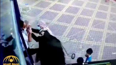 Photo of شاهد.. مواطن يصفع حارس أمن بقوة ويعتدي عليه لرفض إدخاله أحد الأسواق بالمملكة