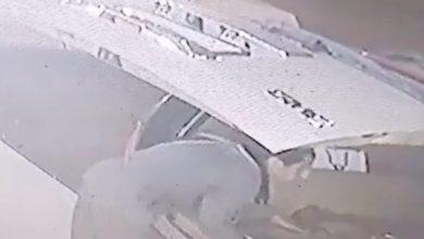 """Photo of لحظة سرقة """"مفطح"""" من داخل سيارة متوقفة في شارع عام بالمملكة"""