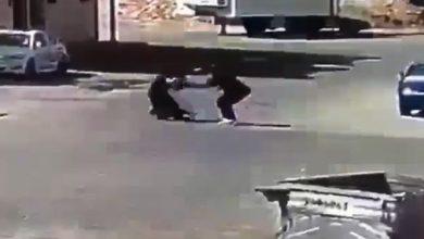 Photo of لص يعترض امرأة ويعتدي عليها ويدفعها بطريقة مروعة على جدار بحي الجرادية بالرياض