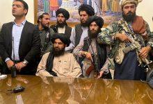 "Photo of لقطات جديدة من داخل القصر الرئاسي الأفغاني.. شاهد: مقاتلو ""طالبان"" بالرشاشات وزعيم الحركة على مكتب الرئيس"