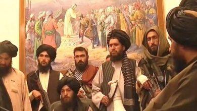 "Photo of رسام يكشف قصة اللوحة التي ظهرت خلف قيادات ""طالبان"" في قصر الرئاسة الأفغاني"